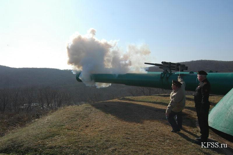 залп из салютной пушки на огневой позиции Ворошиловской батареи (№981), остров Русский
